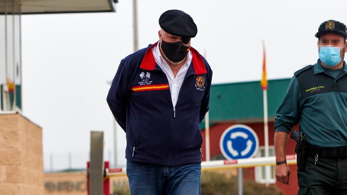 El ex comisario José Manuel Villarejo, acompañado de un Guardia Civil, saliendo de la cárcel de Estremera, en Madrid. (Foto: Europa Press)