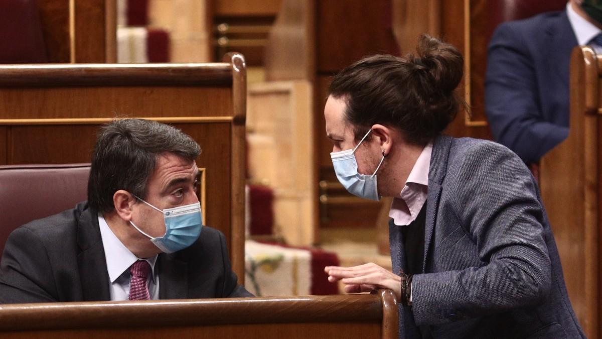 Pablo Iglesias y Aitor Esteban conversando en el Congreso de los Diputados. (Foto: EP)