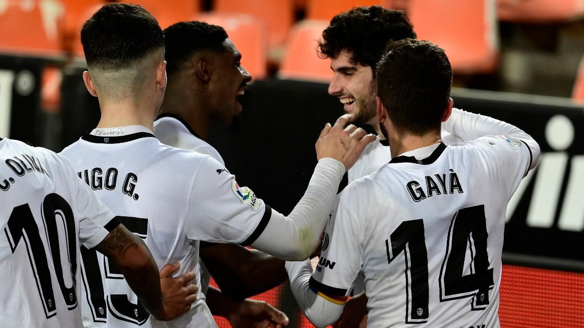 Los jugadores del Valencia celebran el gol de Guedes. (AFP)