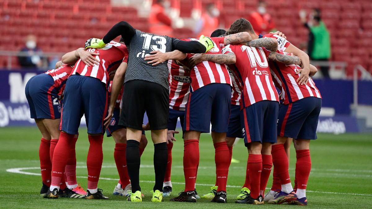 Los jugadores del Atlético de Madrid se concentran antes del comienzo del partido. (AFP)