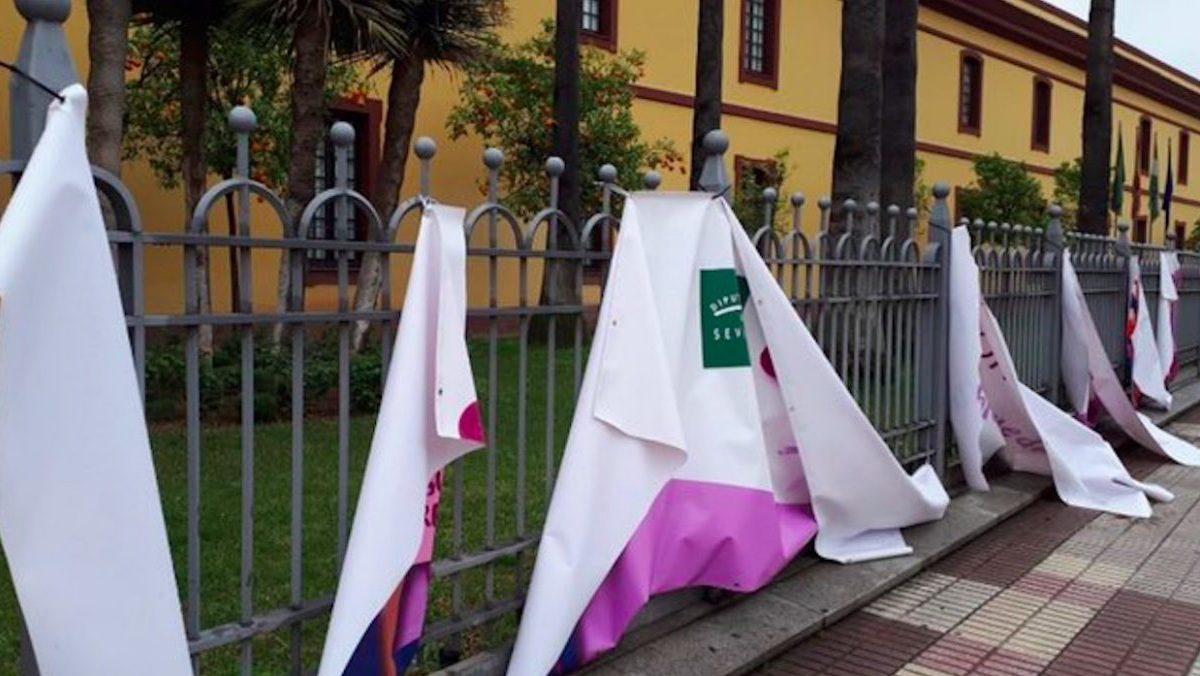 Pancarta del 8M derribada en la Diputación de Sevilla.