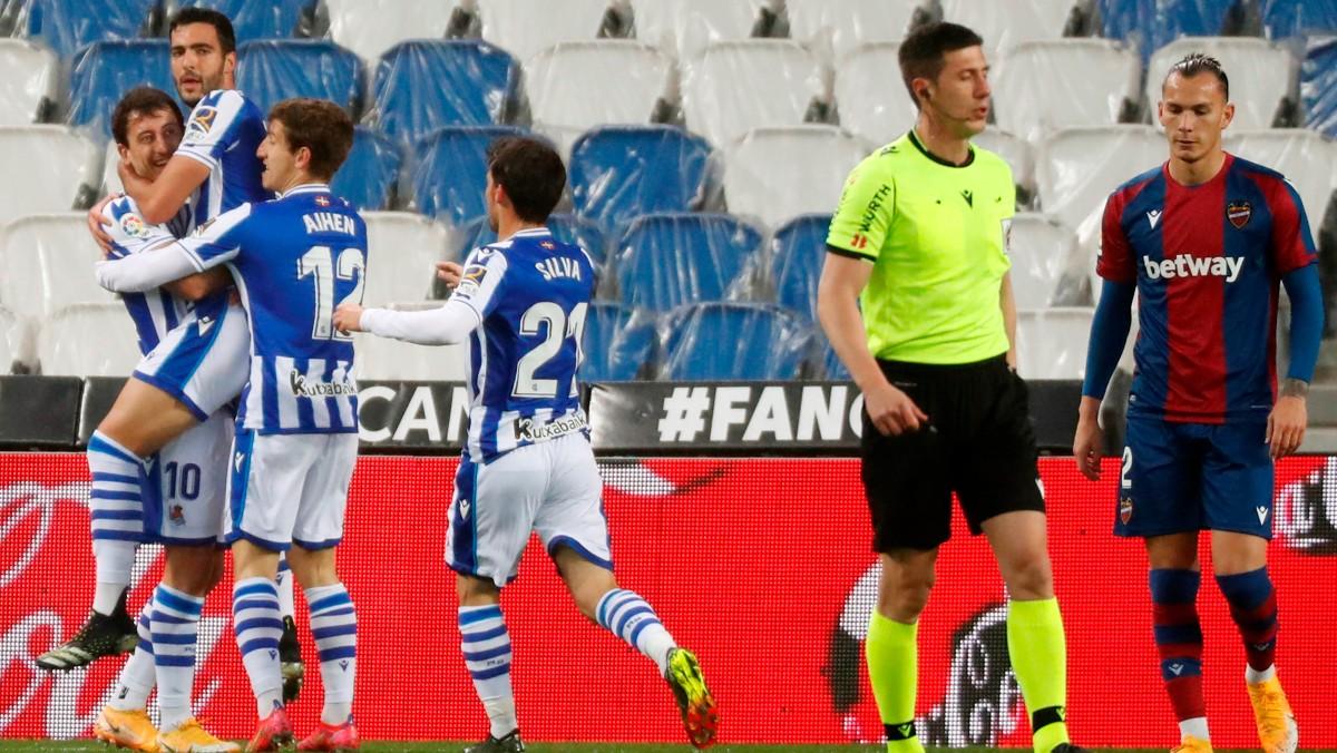 Los jugadores de la Real celebran el gol de Merino. (EFE)
