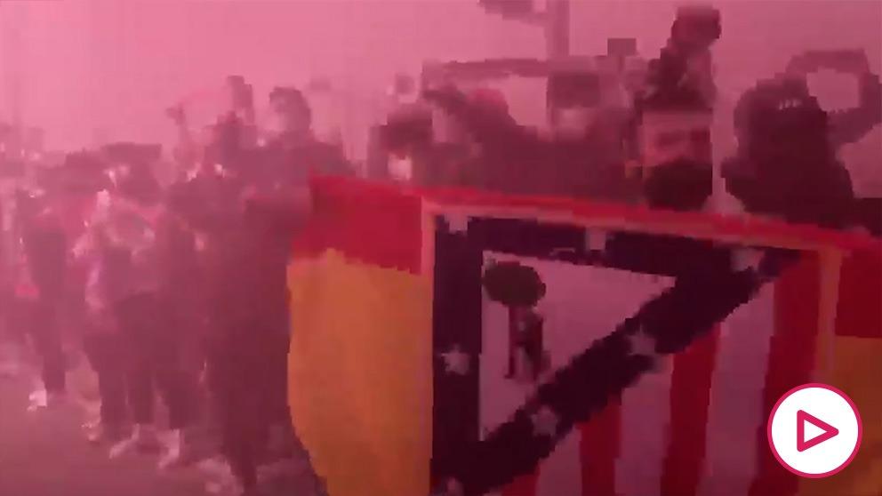 Cientos de aficionados del Atlético recibieron el autobús del equipo antes del derbi.