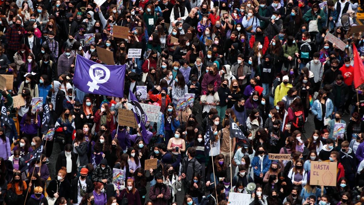 Cerca de 500 estudiantes manifestándose en Barcelona con motivo del 8M. (Foto: Efe)