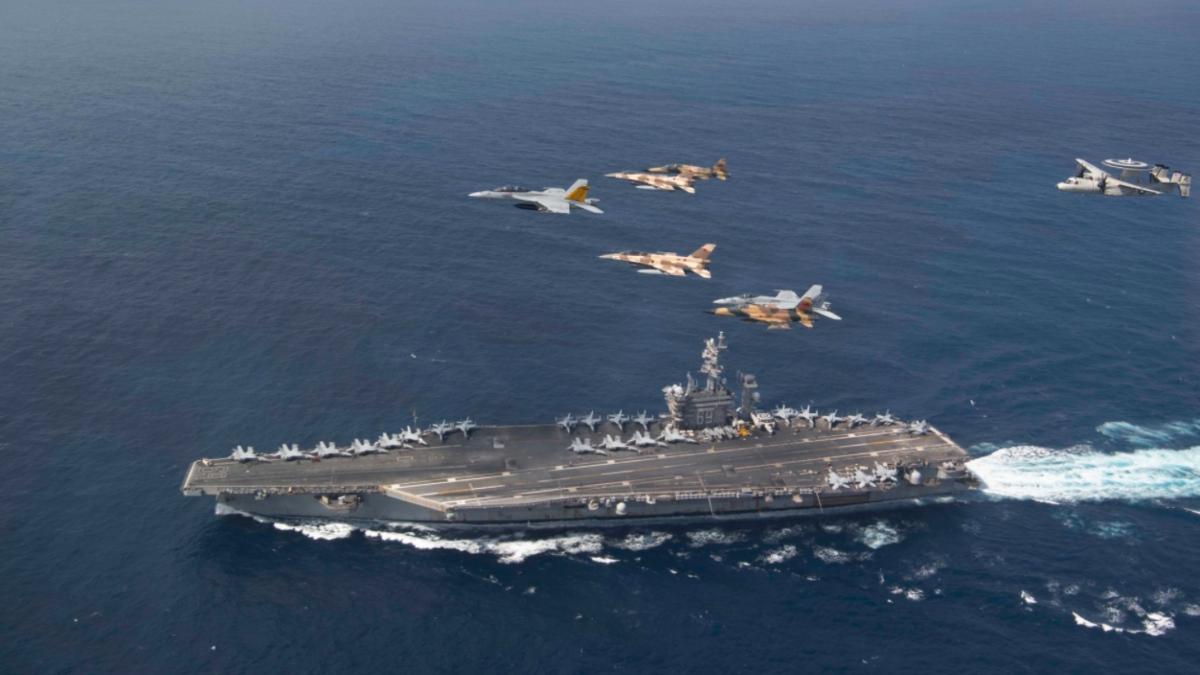 Cazas de EEUU y Marruecos vuelan sobre el portaaviones Eisenhower.