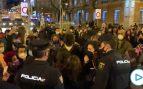 Un grupo de feministas opone resistencia a la Policía Nacional al disolver una sentada ilegal en Neptuno