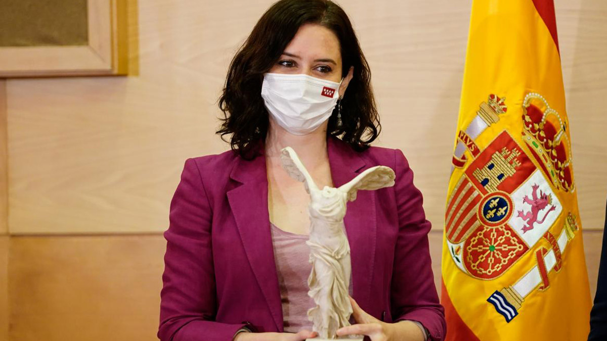 Isabel Díaz Ayuso con el premio otorgado por la Fundación Civismo.