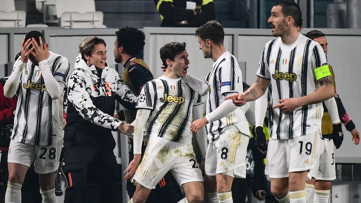 Los jugadores de la Juventus celebran uno de los goles de Chiesa ante el Oporto. (AFP)