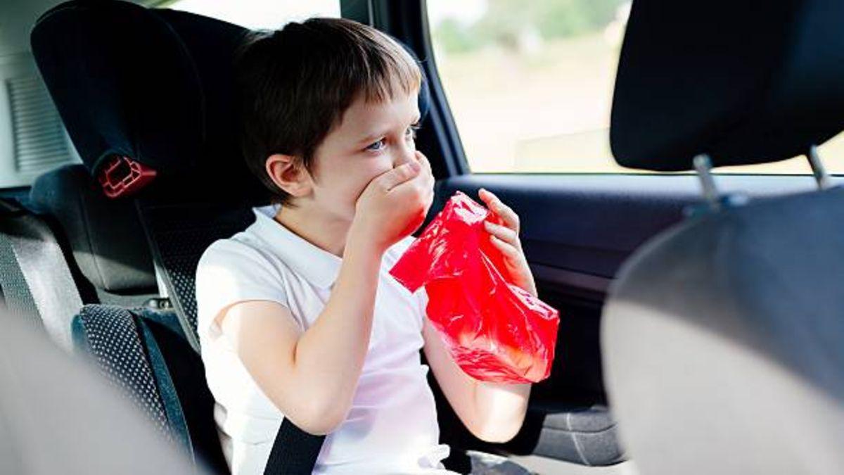 Cómo evitar y cómo lidiar con los mareos de los niños en el coche