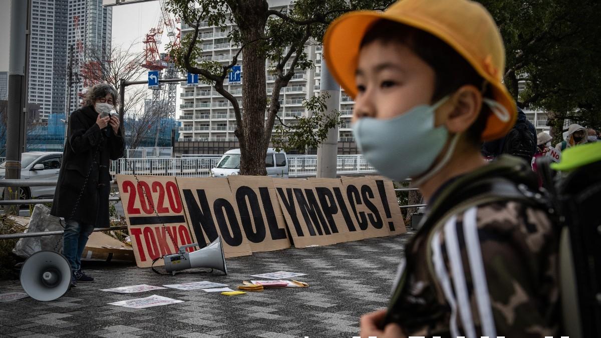 Pancarta en Tokio contra los Juegos Olímpicos. (Getty)