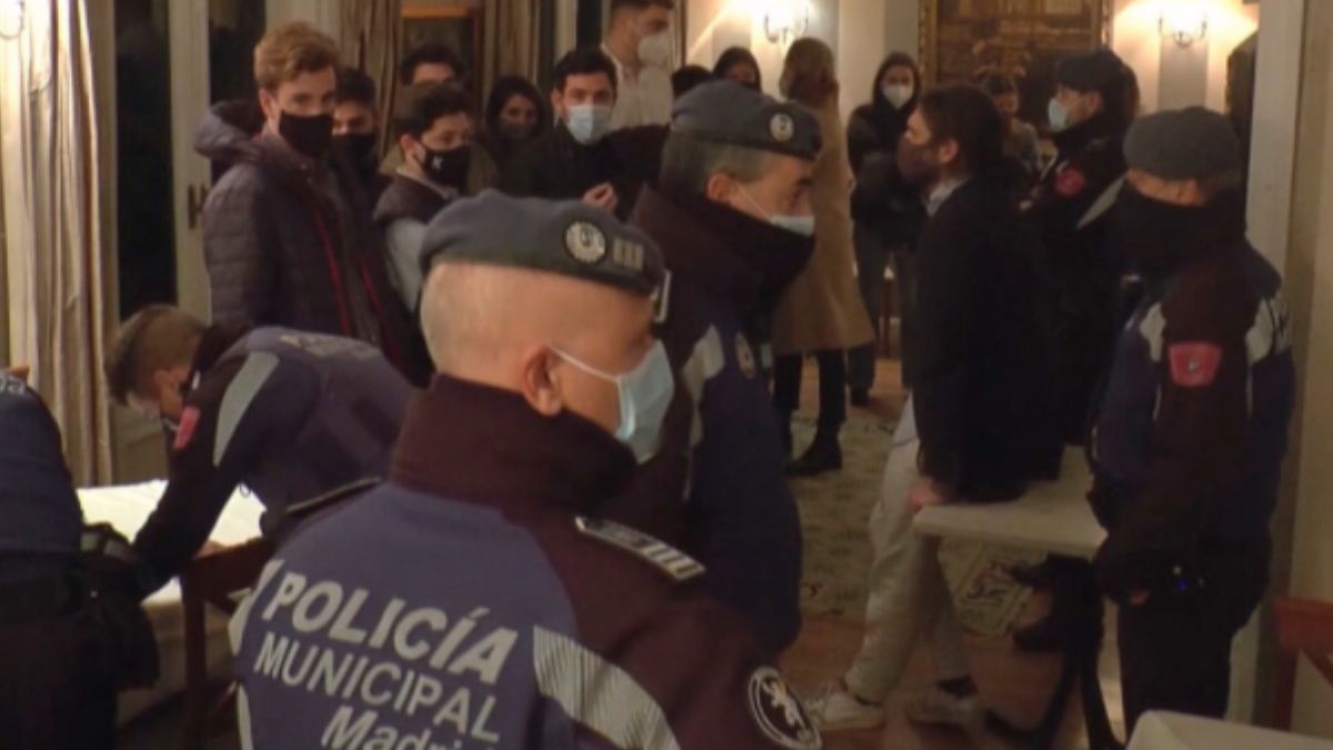 La Policía Local de Madrid interviene ante una fiesta en un domicilio.