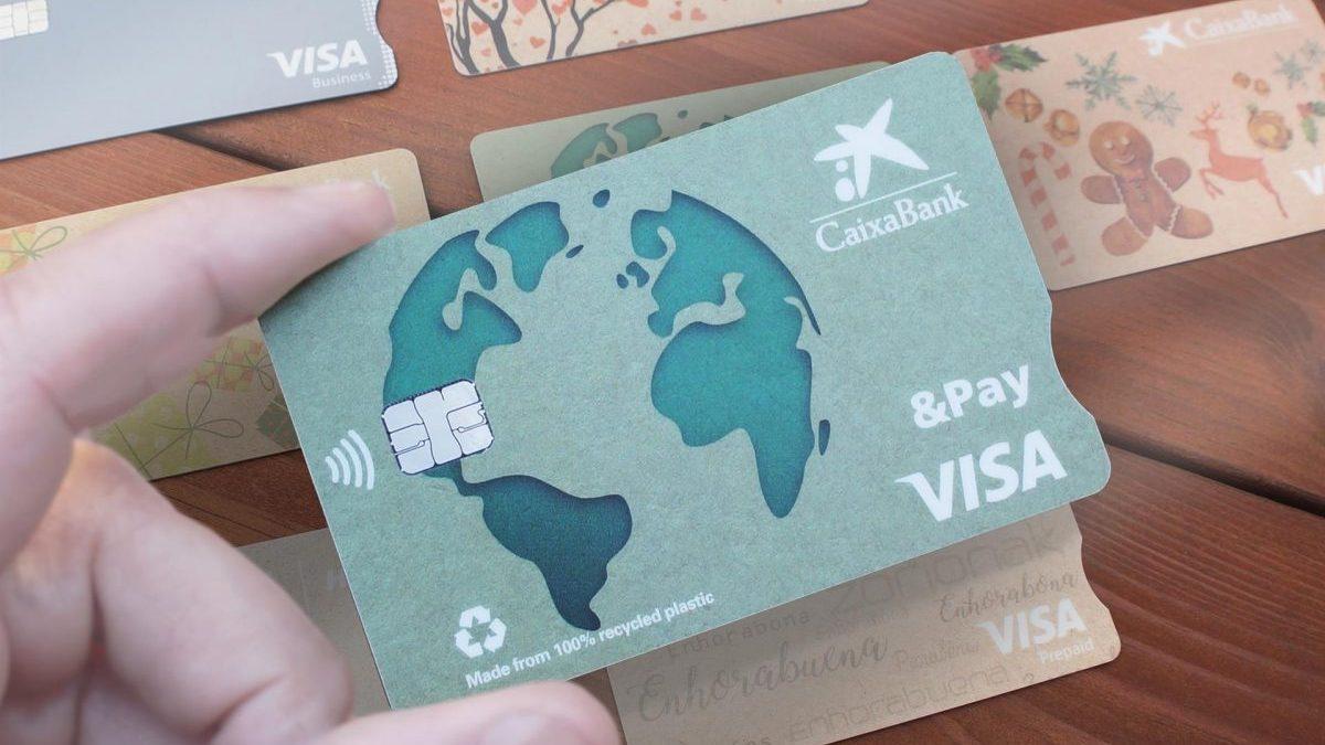 Caixabank comienza a sustituir sus tarjetas de plástico por materiales reciclados y biodegradables