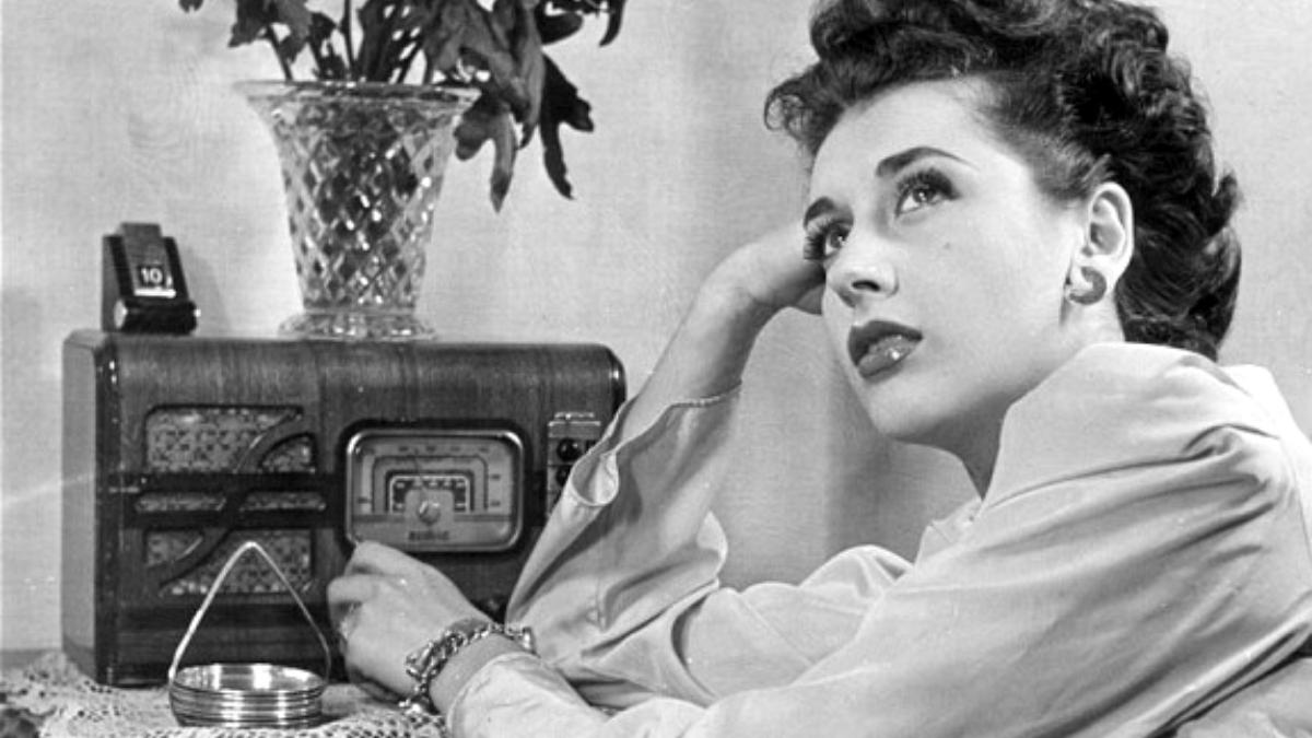 Una mujer escucha la radio durante el franquismo
