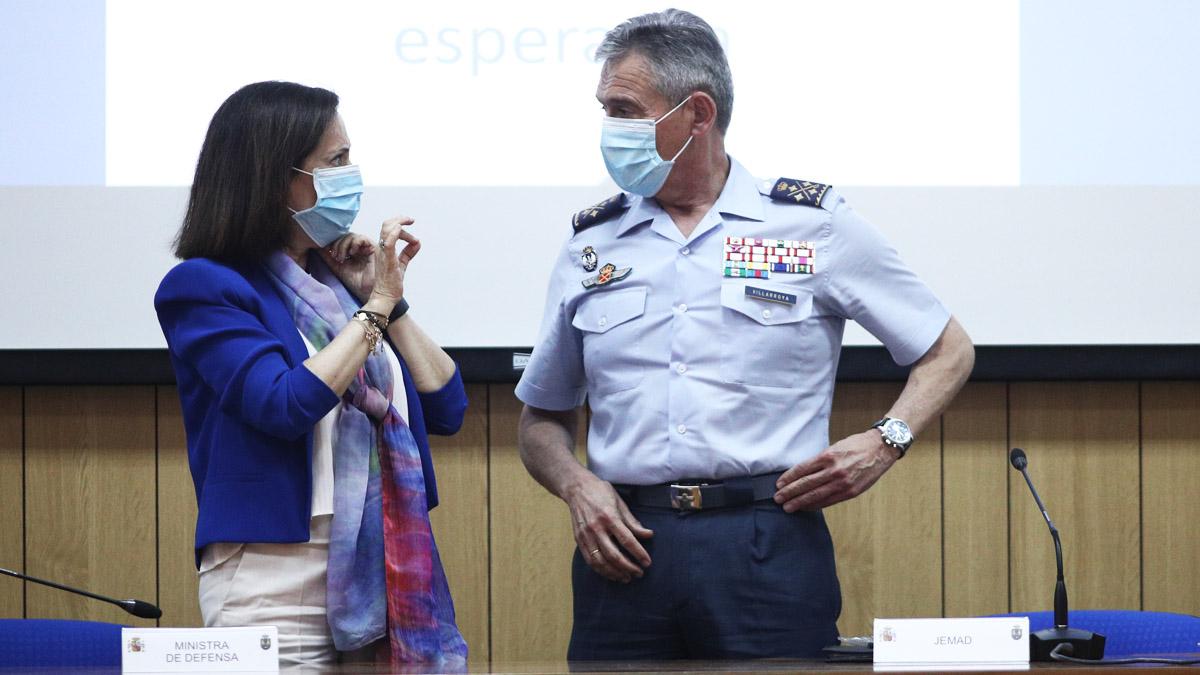 La ministra Margarita Robles y el ex Jemad Miguel Ángel Villarroya (Foto: EP)