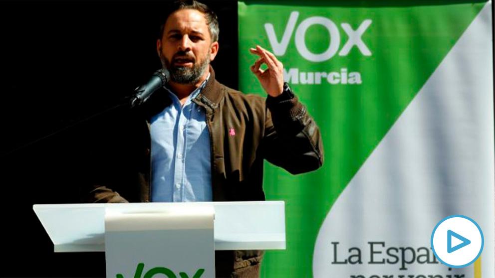 El presidente de VOX, Santiago Abascal, interviene durante una rueda de prensa en en la plaza del Cardenal Belluga, en Murcia. (Foto: Europa Press)