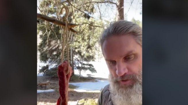 El cavernícola que triunfa en TikTok enseñando técnicas de supervivencia prehistóricas