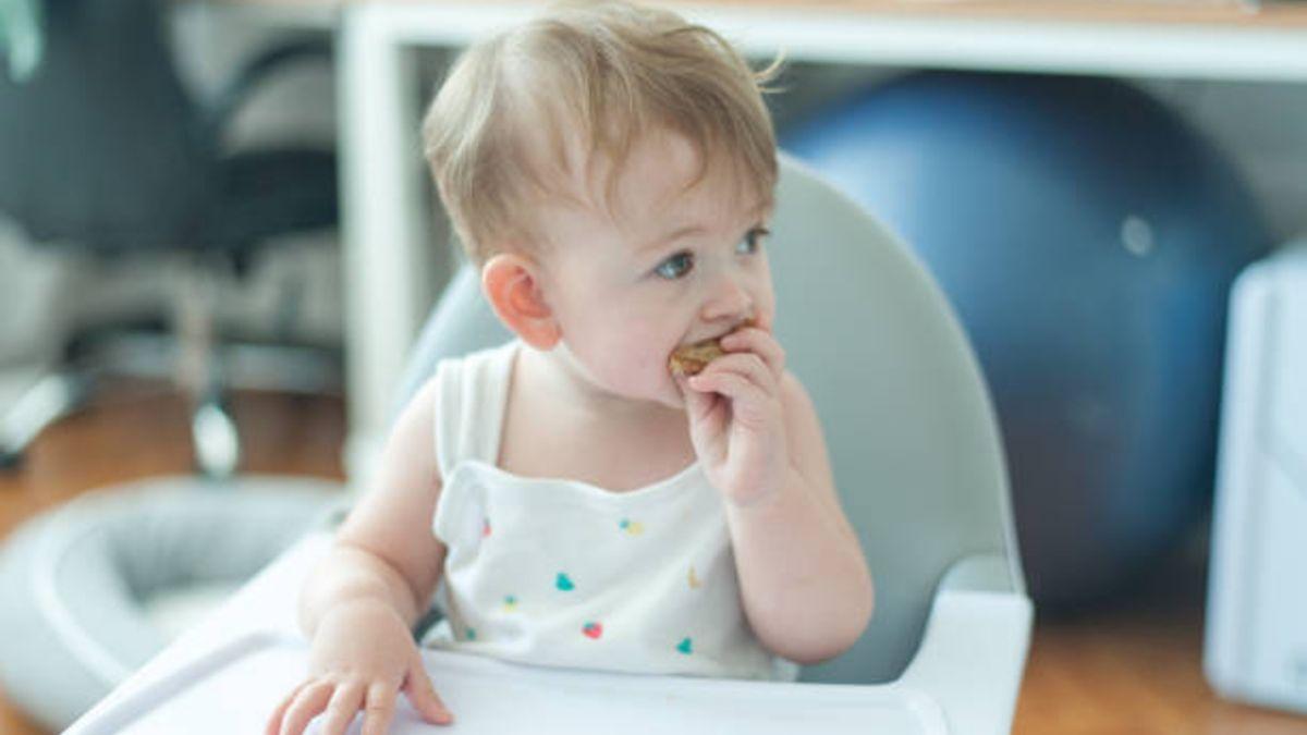 Cómo saber que el bebé está listo para tomar alimentos sólidos