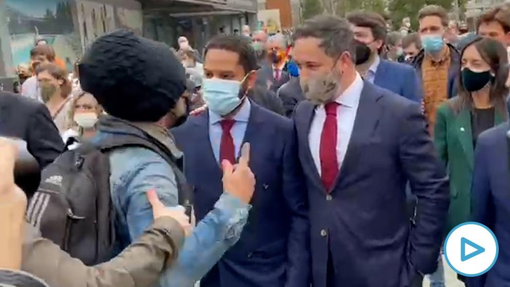 Un ultraizquierdista intenta agredir a Santiago Abascal a su llegada al Parlament al grito de «¡racista!».