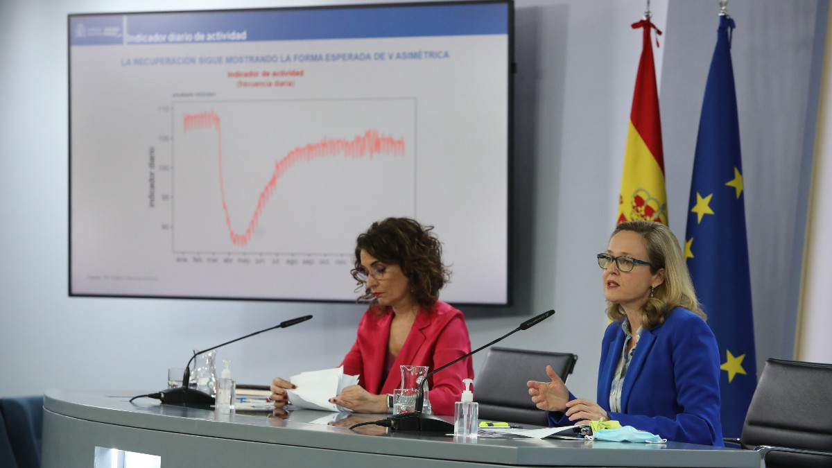 La ministra portavoz y ministra de Hacienda, María Jesús Montero; y la vicepresidenta tercera y ministra de Asuntos Económicos y Transformación Digital, Nadia Calviño