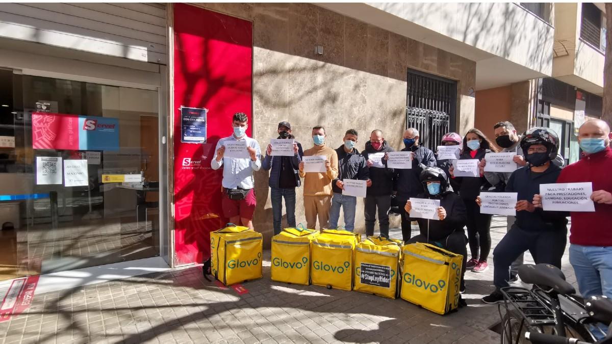 Repartidores se manifiestan frente al SEPE para pedir a los diputados que voten 'no' a la Ley Rider