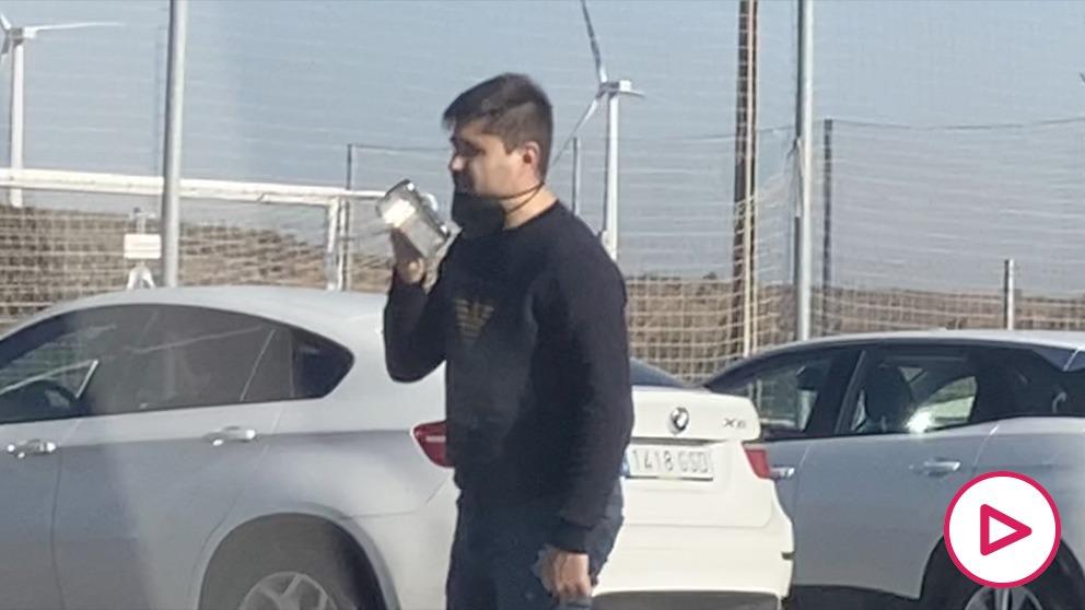 David Aganzo haciendo una entrega de botas pagadas por la AFE para ganar votos. (OKDIARIO)