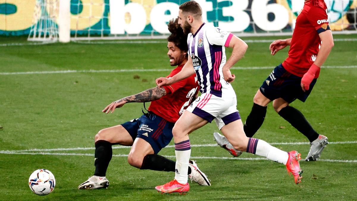 Aridane y Weissman pelean por un balón. (EFE)