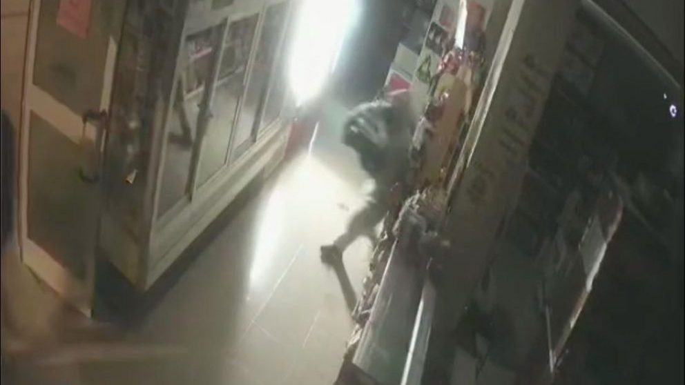 Las cámaras de seguridad de la panadería registran el momento del robo.