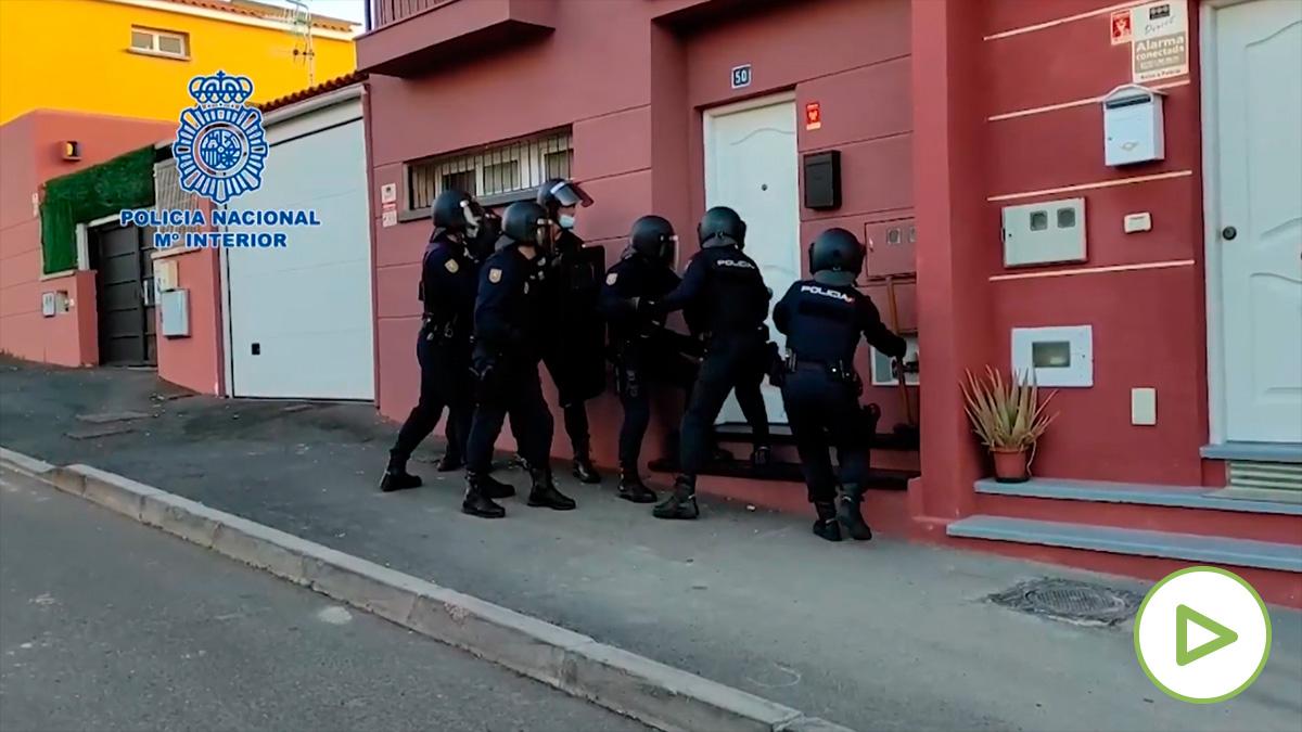 La Policía desarticula una organización que traficaba con inmigrantes y drogas en Tenerife.