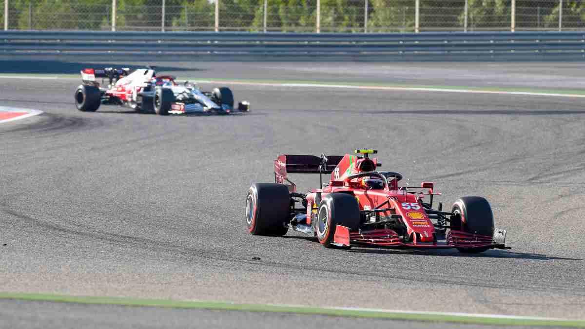Carlos Sainz con el Ferrari durante la pretemporada. (AFP)