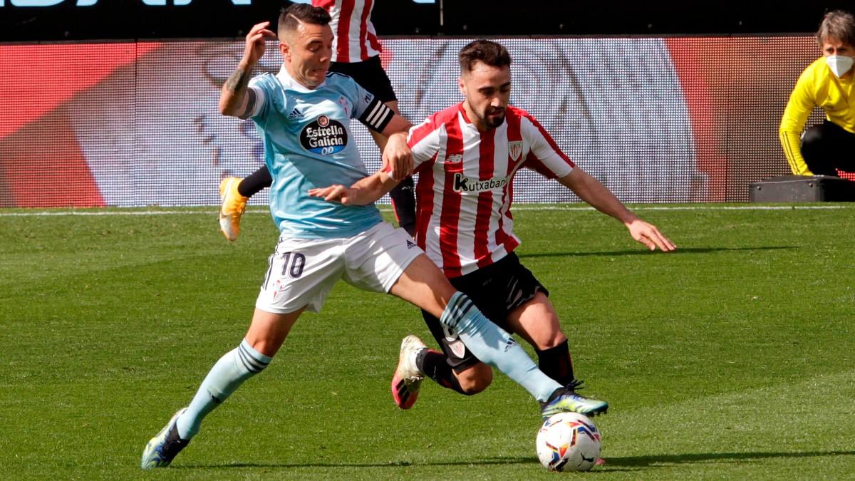 Iago Aspas y Unai López luchan por un balón durante el Celta – Athletic. (EFE)