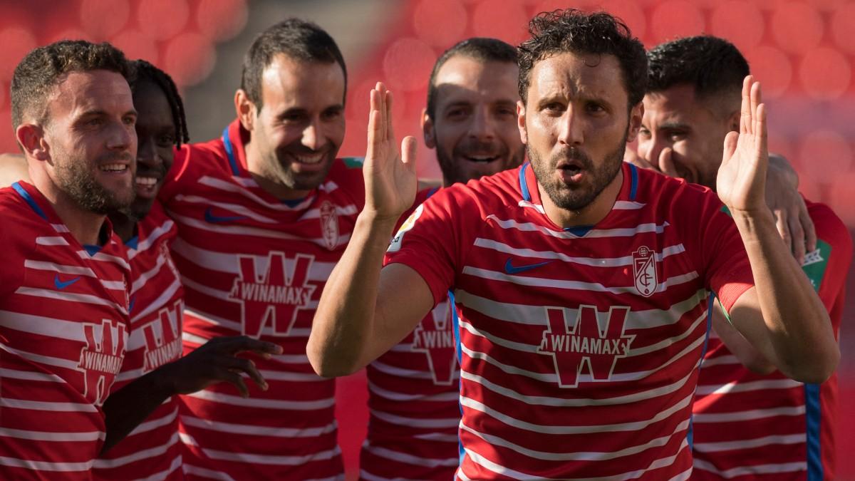 Los jugadores del Granada celebran un gol. (EFE)