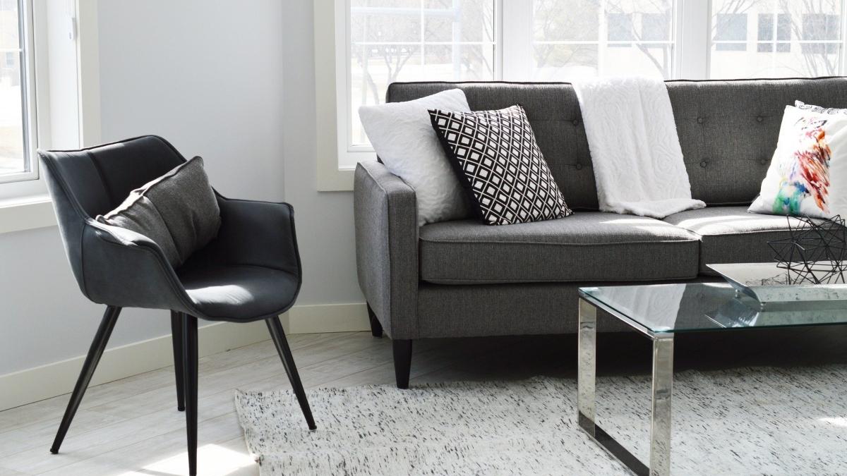 ¿Pasos para limpiar a fondo un sofá de tela con bicarbonato y vinagre?