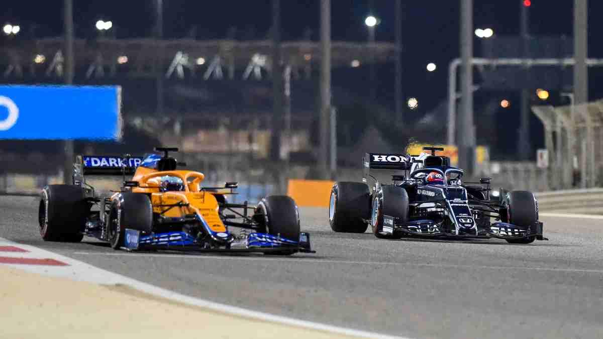 Daniel Ricciardo con el McLaren y Tsunoda con el AlphaTauri. (AFP)