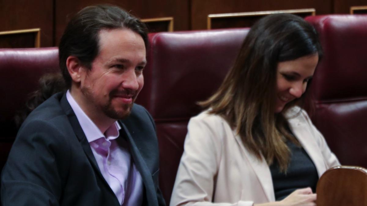 Ione Belarra, nueva ministra de Derechos Sociales, junto a Pablo Iglesias. (Foto: EP)