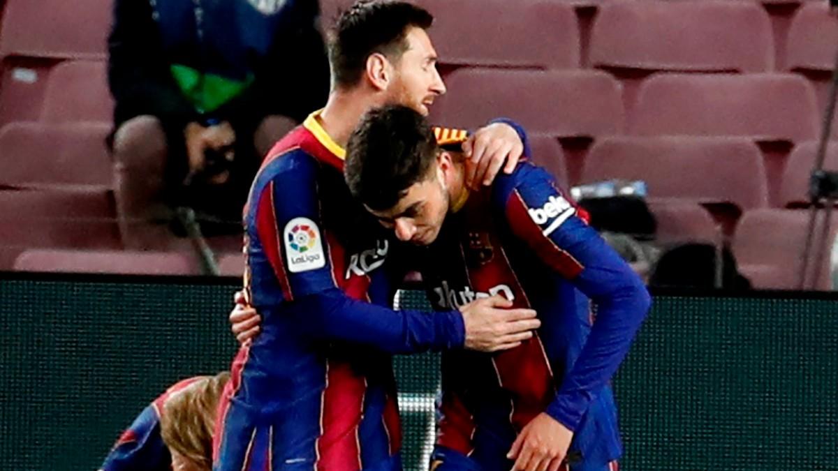 Messi celebra un gol con Pedri. (AFP)