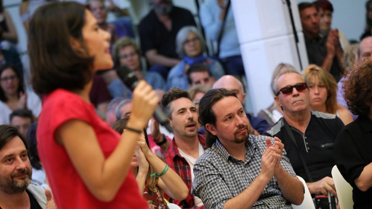La portavoz de Podemos, Isabel Serrra (primer plano), y el líder de la formación morada, Pablo Iglesias (segundo plano). (Foto: Europa Press)