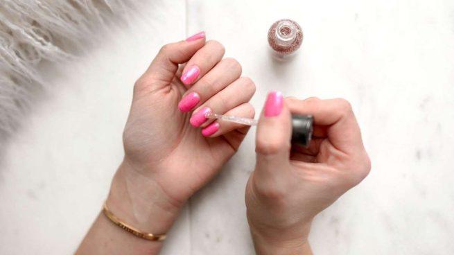 poner el esmalte de uñas