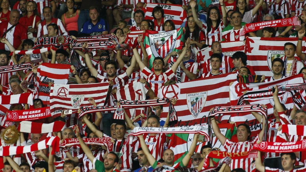 Seguidores del Athletic durante un partido. (AFP)
