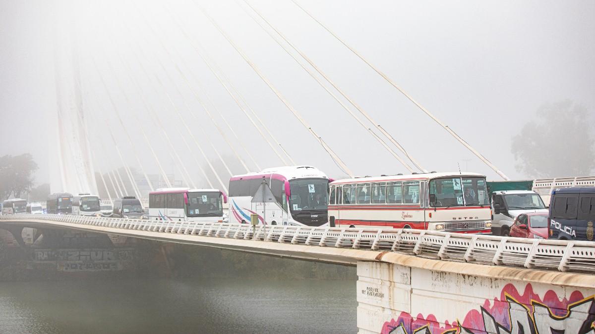 Autobuses en una manifestación en Sevilla. Foto_ Europa Press