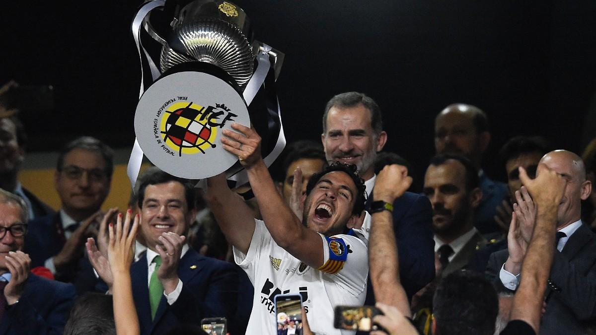 Parejo levanta la Copa del Rey tras ganar al Barcelona en 2019. (AFP)