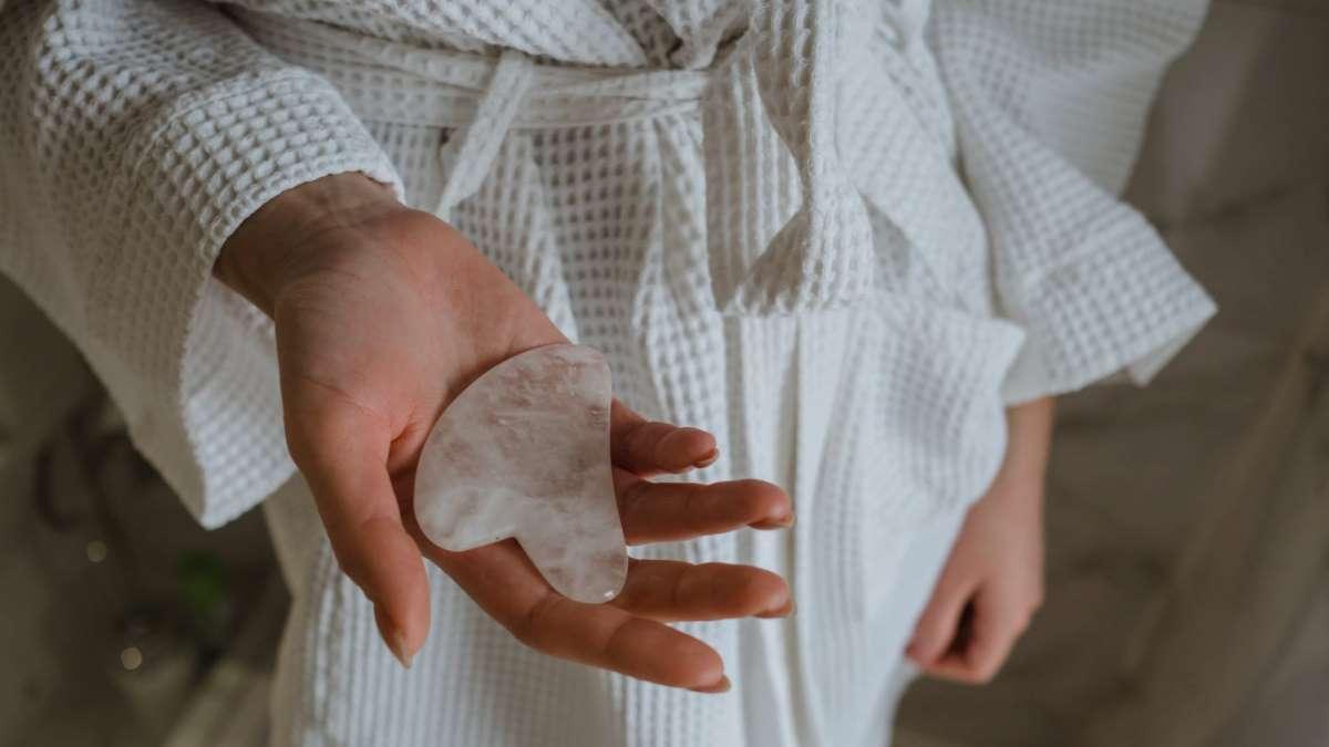Una buena rutina con esta piedra te deja la piel perfecta