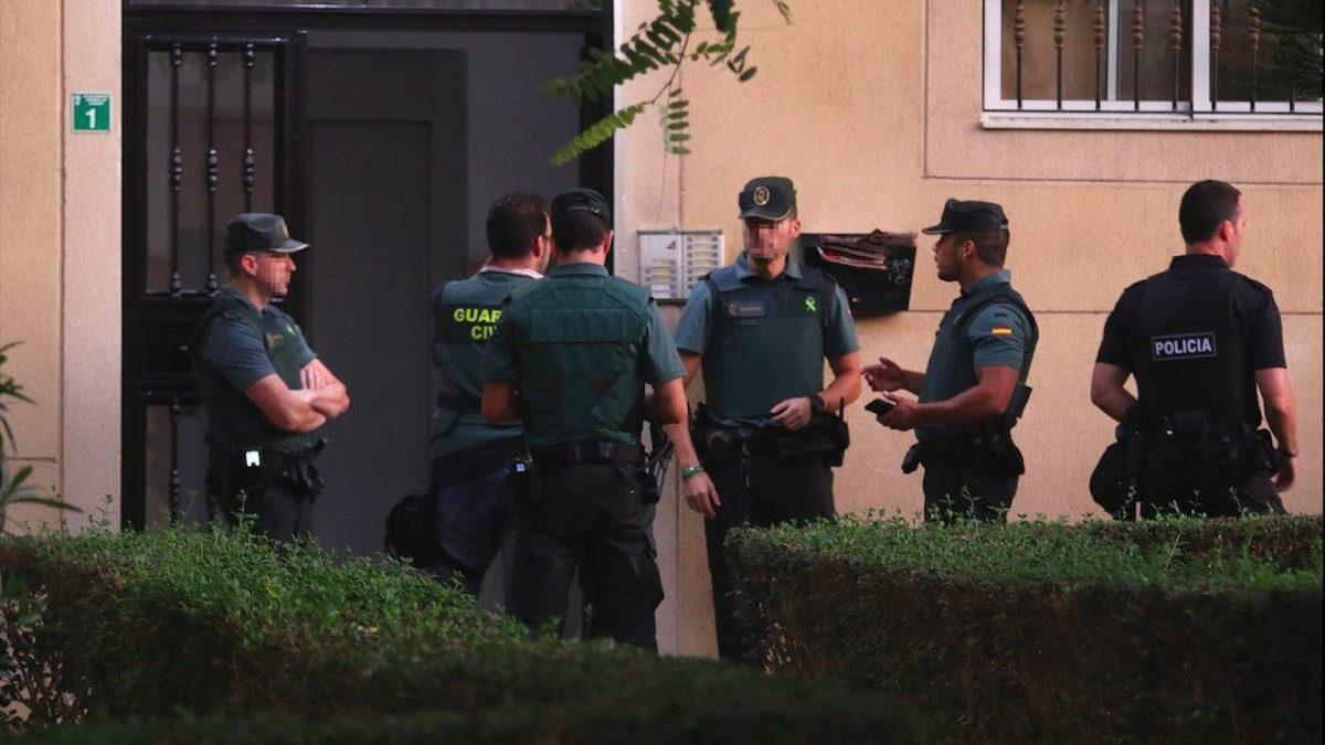 Agentes de la Guardia Civil acuden a inspeccionar en Huércal de Almería la vivienda de la detenida por el crimen de su hijo.