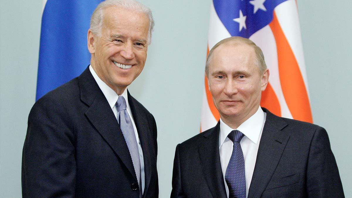 El presidente de EEUU, Joe Biden, junto a su homólogo ruso, Vladimir Putin. Foto: AFP