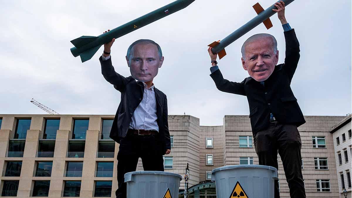 Una protesta contra Joe Biden y Vladimir Putin. Foto: AFP