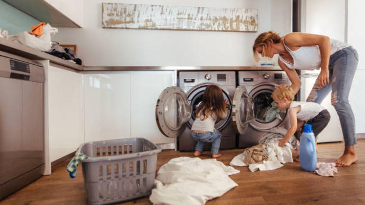 Las tareas del hogar se pueden dividir por edades para que los niños participen en la limpieza del hogar.