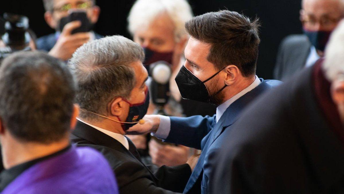 Joan Laporta y Leo Messi se saludan durante el acto de posesión del presidente. (@JoanLaportaFCB)