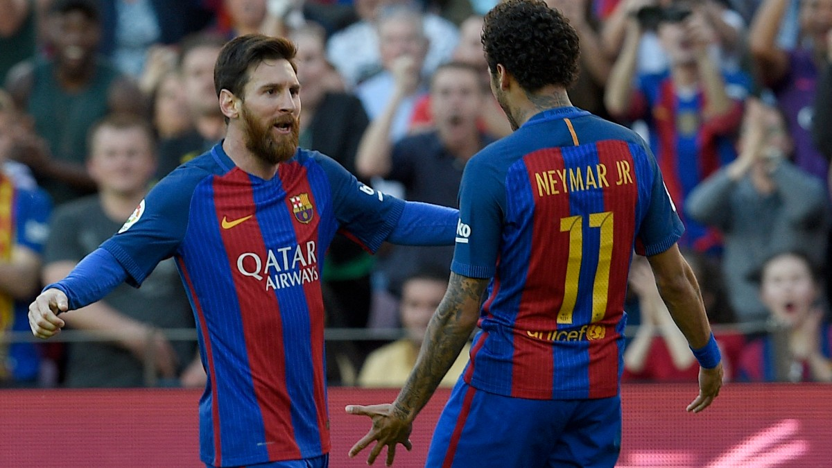 Messi y Neymar celebran un gol durante su etapa juntos en el Barcelona. (AFP)