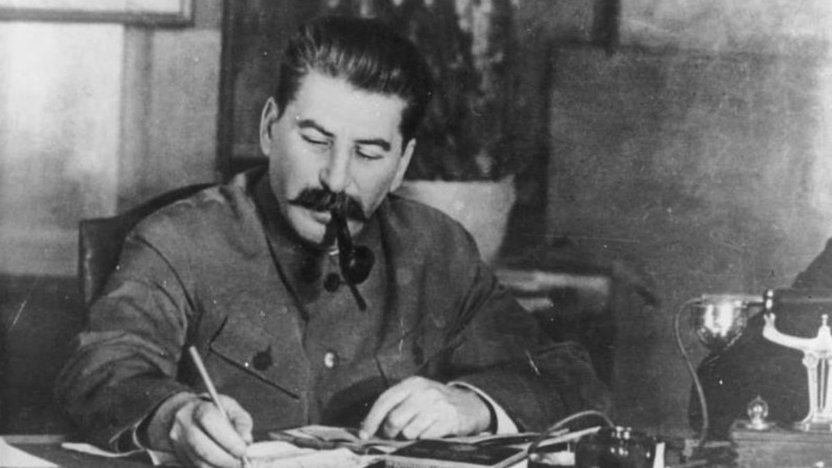 Stalin firmando documentos