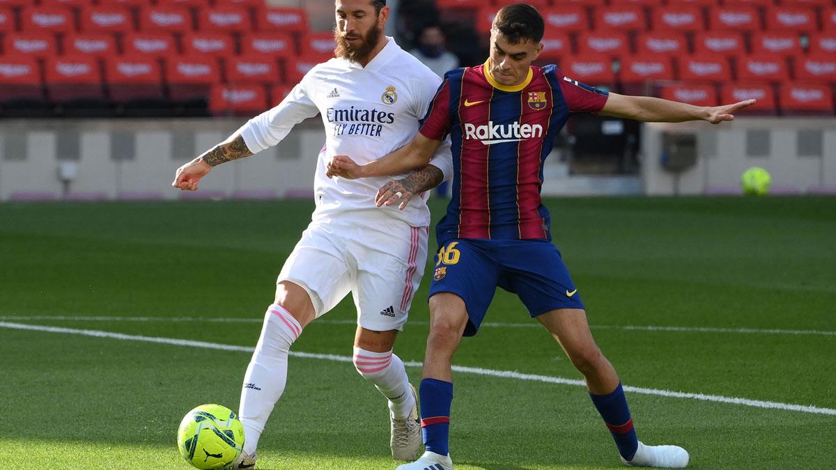 Pedri, con Sergio Ramos, durante el Clásico de la Liga (AFP)