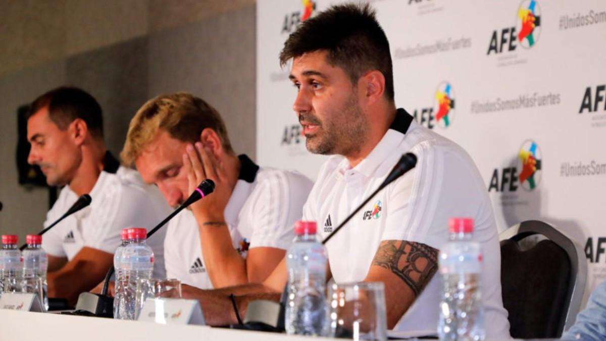 Aganzo, en primer plano, intenta dar explicaciones con Diego Rivas de fondo.